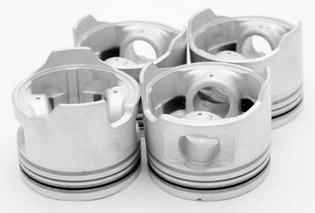 pistones: cuatro pistones - piezas de repuesto de un motor diesel Foto de archivo