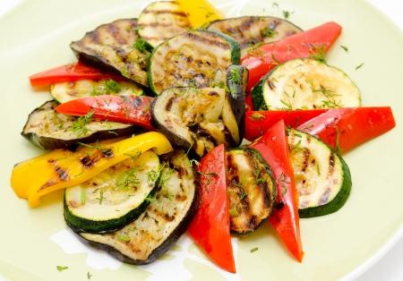 berenjena: grandes piezas de diferentes verduras a la plancha, primer plano