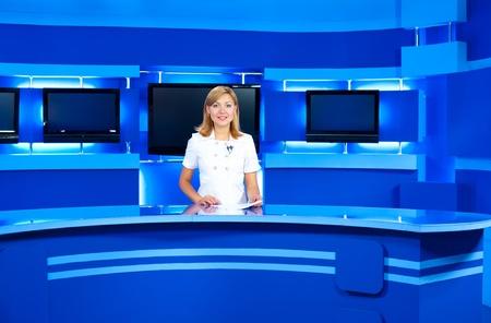 un presentatore televisivo in studio durante la trasmissione in diretta