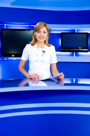 reportero: un locutor de la televisi�n en el estudio durante la transmisi�n en vivo