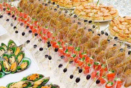brochetas de frutas: un montón de bocadillos fríos en la mesa de buffet, catering