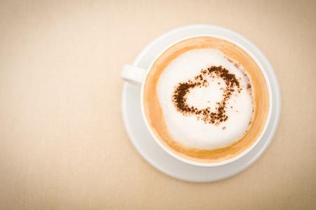 kopje cappuccino koffie, chocolade hart op de top, kopie ruimte Stockfoto