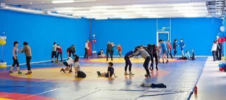 Ulan-Ude, Rusland - 24 februari: Dit is de voorbereidende dag voor opening van de grootste Siberische sportcomplex. Kids worstelaars proberen hun nieuwe opleiding Hall op 24 februari 2012 in Ulan-Ude, Boerjatië, Rusland.