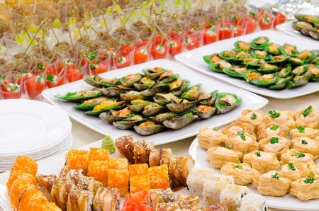 stravování: hodně studené občerstvení na bufetového stolu, stravování Reklamní fotografie