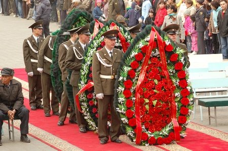 ulan ude: ULAN-UDE, RUSSIA - MAY 9  Guard of honour lay wreaths to the fallen during WWII memorial on annual Victory Day, May, 9, 2007 in Ulan-Ude, Buryatia, Russia  Editorial