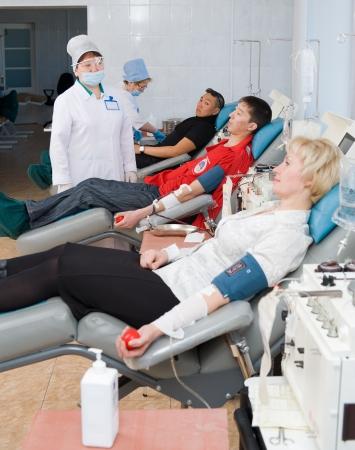 altruismo: Ulan-Ude, Rusia - 06 de abril el Servicio de Sangre de la ciudad hace que una acci�n de promoci�n para la popularizaci�n de las donaciones voluntarios donan sangre, 6 de abril de 2010, Ulan-Ude, Buriatia, Rusia Editorial