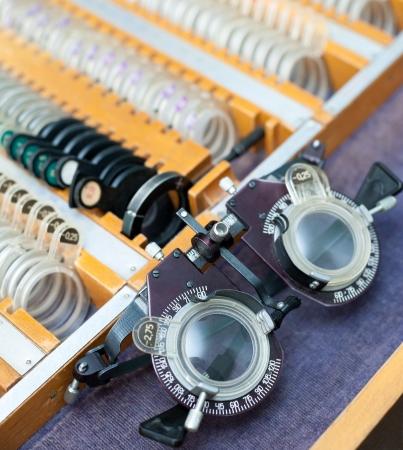 oculista: un marco especial de optometría y una caja con lentes Foto de archivo
