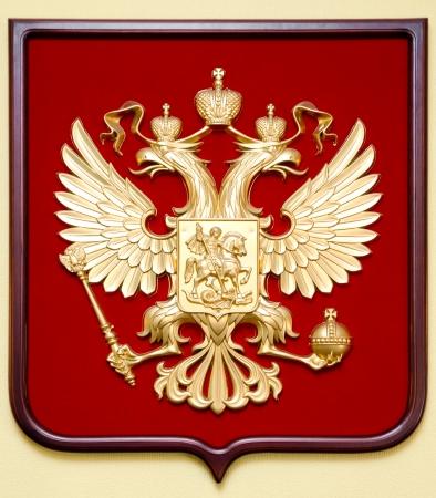 aigle royal: l'emblème d'État de la Fédération de Russie - un double aigle bicéphale dorée sur fond rouge
