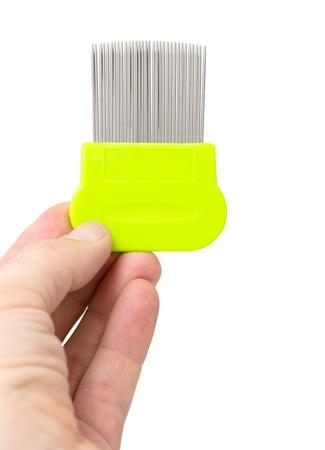 piojos: un peine de dientes especial para la eliminación de piojos y liendres en una mano masculina