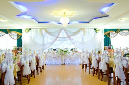 una sala de banquetes restaurante decorado para una boda