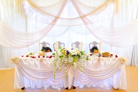 högtider: en avslappnad bröllop bankett bord på en restaurang