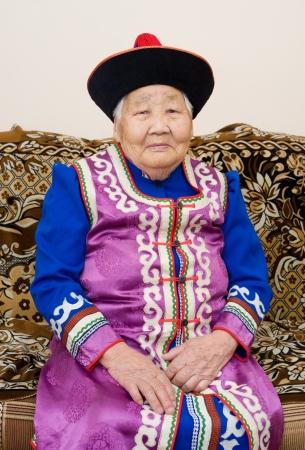 great grandmother: buryat mongolian gran abuela y su nieto, en trajes nacionales Foto de archivo