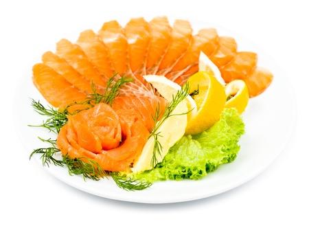 salmon ahumado: salmón ahumado rebanado servido con limón y rosa salmón