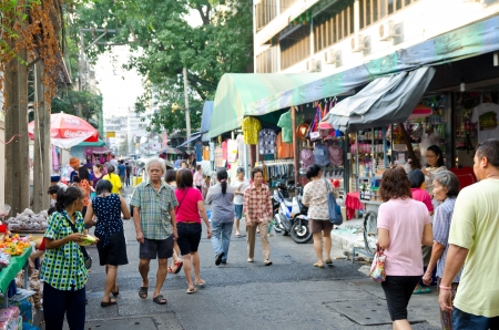 thailander: BANGKOK, THAILAND - FEBRUARY 17  Unidentified people - townspeople of Bangkok - walk along a trading street, February 17, 2013, Bangkok, Thailand