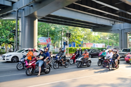 thailander: BANGKOK, THAILAND - FEB 17  Many motorcyclists move along Thanon Silom near Lumpini Park, Feb 17, 2013, Bangkok, Thailand  Motorbike is the most popular and available transportation in South Asia