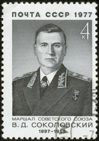 UNION SOVIETICA - CIRCA 1977 Un sello impreso por la Unión Soviética Post es un retrato de V Sokolovsky, un mariscal de la Unión Soviética, alrededor del año 1977