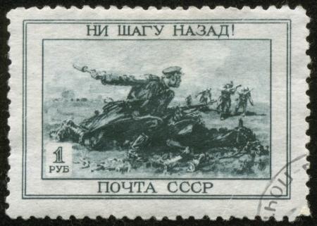 cavalryman: UNION SOVIETICA - CIRCA 1945 Un sello impreso por la Uni�n Sovi�tica post se titula No Paso Atr�s Muestra un soldado de caballer�a rusa lanzar una granada, alrededor de 1945
