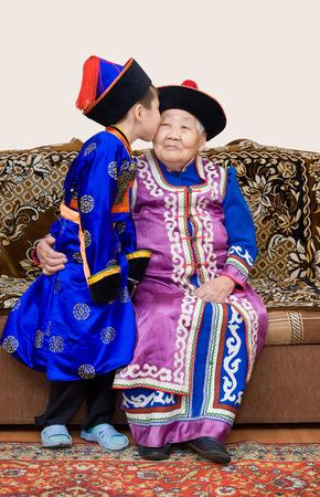 great grandmother: Buriatia (Mongolia) bisabuela y su nieto, en trajes nacionales Foto de archivo