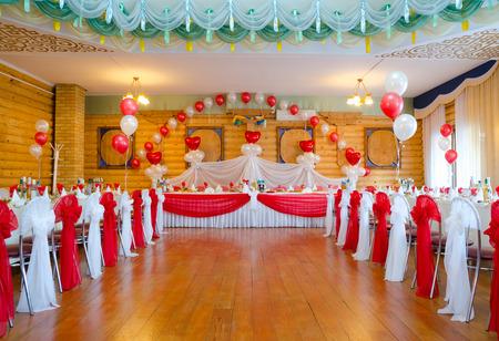 restaurante sala de banquetes decorada para la fiesta de la boda