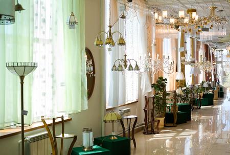 diverse lampen in een winkel voor woninginrichting Redactioneel