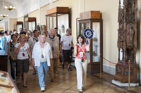 unidentified: ST PETERSBURG - 30 de junio de 2011 Un grupo de turistas no identificados tienen una visita guiada en el Hermitage, el m�s grande de Rusia Para ver todas las pantallas hay que caminar 20 kilometros