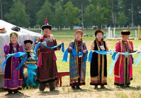delegates: ULAN-UDE, RUSSIA - 17 Luglio 2010 delegati senior della 4 � sessione generale della mongoli World Convention eseguono una danza nazionale Buryat rotondo - yookhor Esso viene eseguito in base al movimento solare