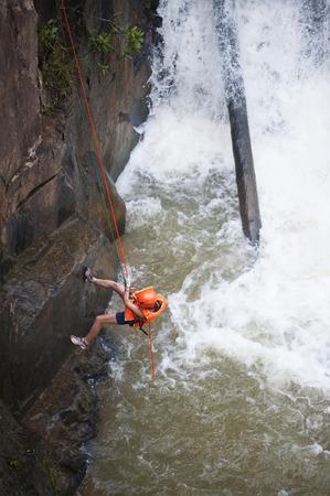 abseilen: Dalat - 28. Juli 2014: Eine nicht identifizierte Person junge Frau touristischen Abseilen in Datanla Wasserfall. Editorial