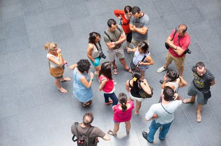 HO CHI MINH, Vietnam - 15 de julio 2014: Un grupo de turistas no identificados escuchar a un guía asiático en el Museo de los Restos de Guerra. Contiene objetos relativos a la fase americana de la guerra de Vietnam. Editorial