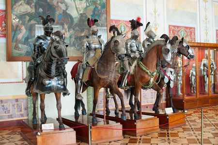 uomo a cavallo: ST. PETERSBURG - 30 giugno 2011: Knights manichini sui cavalli Knights Sala del Hermitage. Ospita una parte della collezione dell'Ermitage Arsenal.