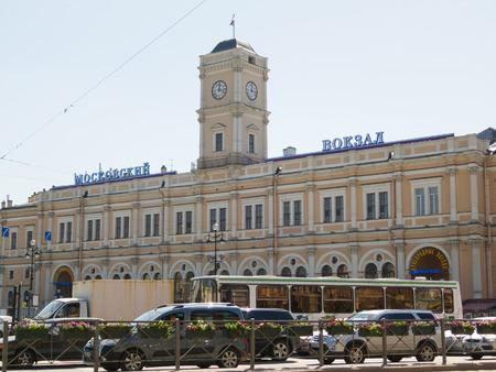 terminus: ST. PETERSBURG - 31 de mayo de 2011: la estaci�n Moskovsky (estaci�n de Mosc�) fachada en Uprising (Vosstaniya) Square. Es un t�rmino para el Mosc� - San Petersburgo de tren y uno de los cinco terminales de la ciudad.