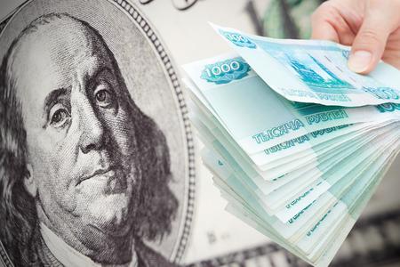 derrumbe: Rusia mucho dinero contra el billete de d�lar cientos - concepto de colapso del rublo ruso