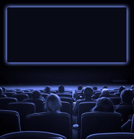 Cine: espectadores ver la imagen en movimiento en el cine, exposici�n larga, de tono azul