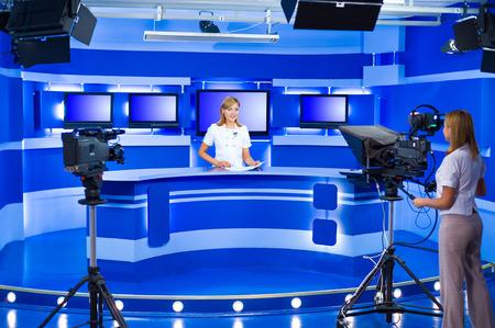 presentatore televisivo in studio durante la trasmissione in diretta
