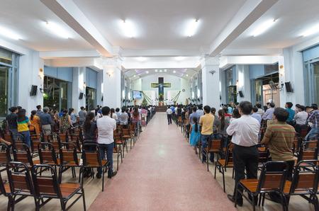 Ho Chi Minh - 28 december 2014: De niet geïdentificeerde mensen staan op de openbare eredienst in het Hanh Thong Tay-katholieke kerk in Quang Trung Street. Vietnam heeft de vijfde grootste katholieke bevolking in Azië.