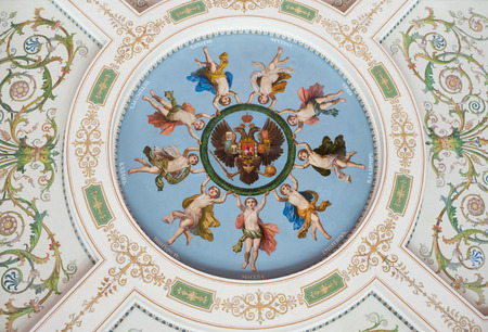 palacio ruso: ST. PETERSBURG - 30 junio de 2011: Una pintura del techo representa ángeles de ciudades rusas sostienen una guirnalda alrededor de un águila de dos cabezas, el emblema del Imperio Ruso.