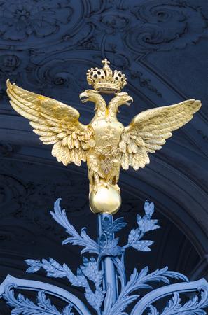 Juni 2011: Eine Der Drei Goldenen Doppelköpfigen Adler Am Geschmiedete Tor  Am Südlichen Fassade Des Winterpalais. Von 1732 Bis 1917 War Es Die  Offizielle ...