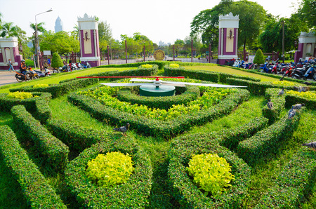 thailander: BANGKOK - FEB 17, 2013: A large clock of trimmed bushes in Lumpini Park. Bangkok was the third most visited city in the world in 2012.