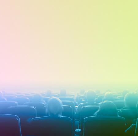 Cine: espectadores ver la imagen en movimiento en el cine, exposici�n larga