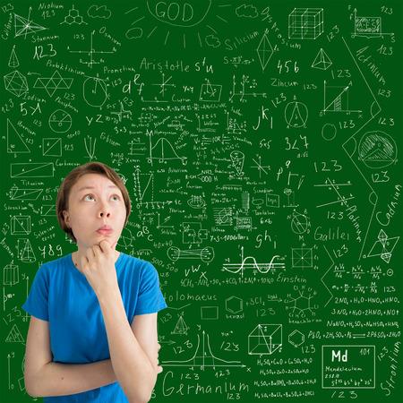 teorema: perpleja adolescente de raza cauc�sica contra tablero con f�rmulas y dibujos Foto de archivo