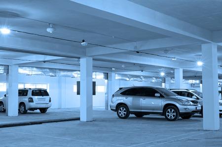 地下でいくつかの車の駐車場