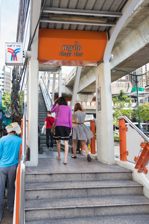 thailander: BANGKOK - DEC 15, 2015: Phaya Thai station is a rapid transit station of Airport Rail Link BTS Sukhumvit Line. The Bangkok Mass Transit System (BTS or Skytrain) is an elevated rapid transit system.