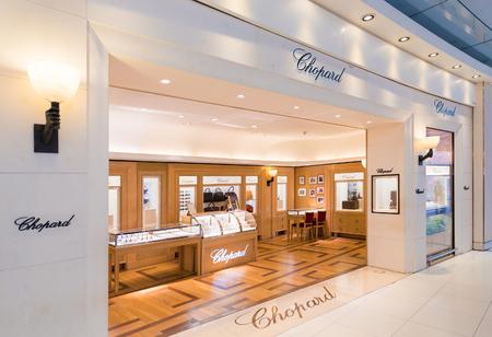 BANGKOK - 17 de diciembre; 2015: Un boutiqie Chopard en el aeropuerto de Suvarnabhumi. Chopard es una compañía de relojes de lujo, joyas y accesorios con sede en Suiza fundada en 1860 por Louis Ulysse Chopard.