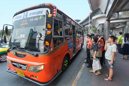 BANGKOK - 15 DICEMBRE 2015: persone non identificate aspettano i loro autobus alla fermata dell'autobus Victory Monument. Trasporti in Thailandia è varia e caotica, senza un mezzo di trasporto dominante. Editoriali