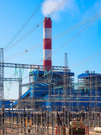 energia electrica: Estación de energía eléctrica contra el cielo azul