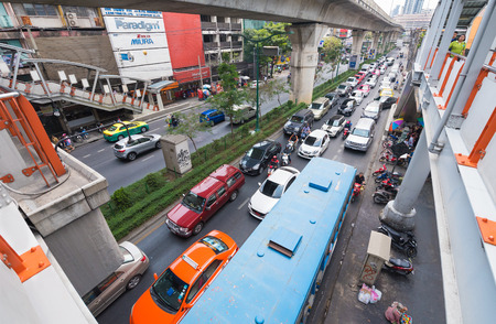 thailander: BANGKOK - MARCH 15, 2016: Many vehicles move by the Phaya Thai station in the center. MasterCard ranked Bangkok as the global top destination city by international visitor arrivals.