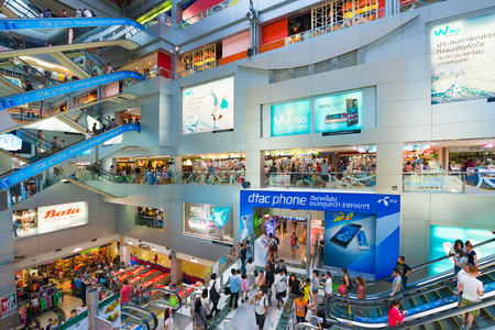 plaza comercial: BANGKOK - 16 de marzo, 2016: La gente camina en el interior del Centro de MBK, un gran centro comercial que era el más grande de Asia cuando se abrió en 1985.