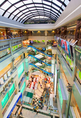 стиль жизни: БАНГКОК - 16 марта 2016: Люди идут внутри MBK центр, большой торговый центр, который был самым крупным в Азии, когда он был открыт в 1985 году.