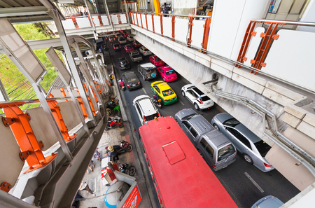 thailander: BANGKOK - MARCH 16, 2016: Many vehicles move by the Phaya Thai station in the center. MasterCard ranked Bangkok as the global top destination city by international visitor arrivals. Editorial