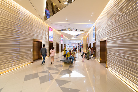 BANGKOK - 17 de marzo de 2016: personas no identificadas descansar o esperar por el ascensor en el piso más alto del centro comercial Siam Paragon. Es uno de los mayores centros comerciales de Asia.
