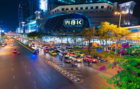 letreros: BANGKOK - 16 de marzo, 2016: MBK Center es un gran centro comercial que era el más grande de Asia cuando se abrió en 1985. Más de 100.000 personas visitan a diario, un tercio de los cuales son visitantes extranjeros.